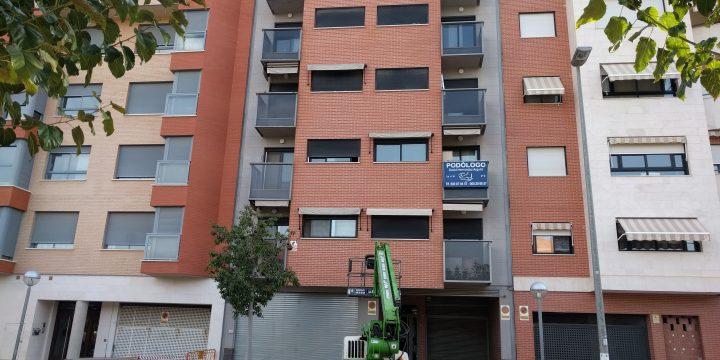 Trabajos de pintura en fachada y construcción de arqueta y red de saneamiento en garaje de edificio en Murcia