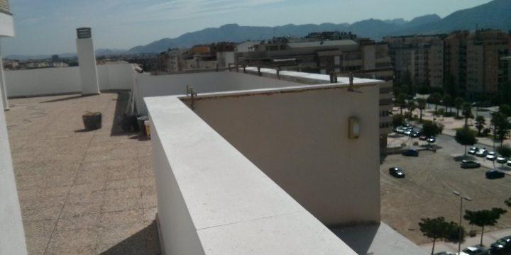 Sustitución de albardilla en pretil de cubierta en edificio en Ronda Sur (Murcia)