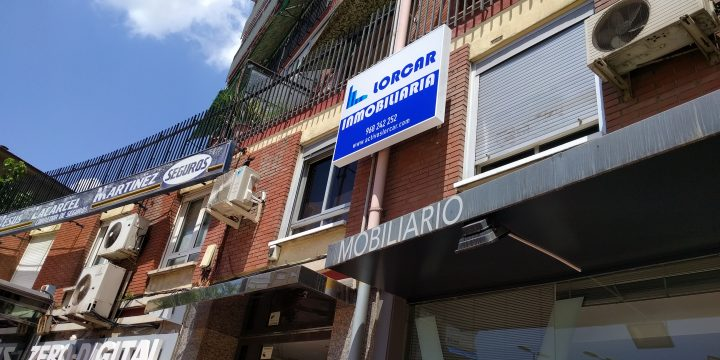 Sustitución de dos rótulos en fachada, en plaza Emilio Díez de Revenga (Murcia)